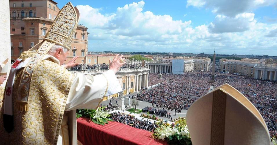 O papa Bento 16 celebra para mais de 100 mil pessoas a missa solene do Domingo da Ressurreição na Praça de São Pedro, no Vaticano