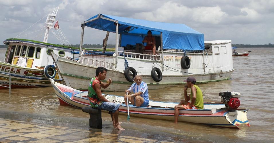 A maré alta provocou transtornos neste domingo na Feira do Açaí (às margens da baía do Guajará), local considerado um dos cartões-postais de Belém