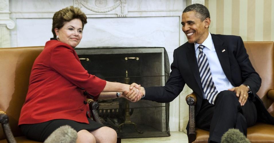 A presidente Dilma Rouseff cumprimenta o presidente dos Estados Unidos, Barack Obama, no Salão Oval da Casa Branca, em Washington