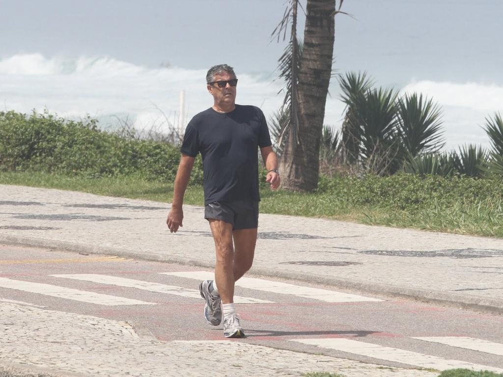 Após se recuperar de um câncer no esôfago, diretor Marcos Paulo caminha na orla da Barra da Tijuca (9/4/12)