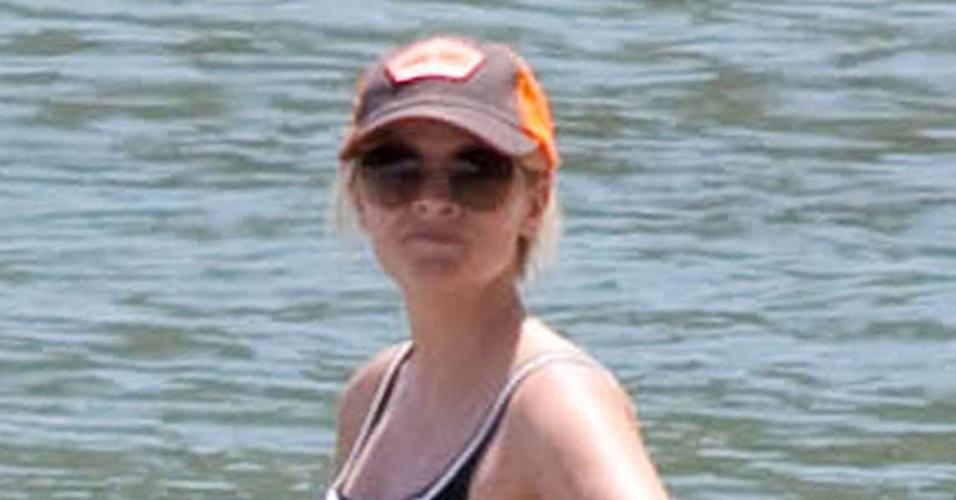 De férias na Costa Rica, Reese Witherspoon,36, exibe barriga de três de gravidez (4/4/12)