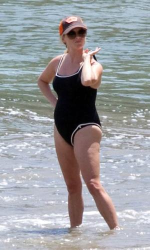 """De férias na Costa Rica, Reese Witherspoon,36, exibe """"barriguinha"""" de grávida e deixa à mostra celulites (4/4/12)"""