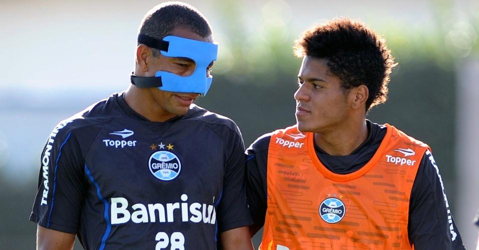 Gilberto Silva tem dificuldades em adaptação à máscara e conversa com Leandro [d] (09/04/2012)