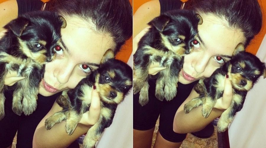 Giovanna Lancellotti mostra filhotes de cachorro (9/4/2012)