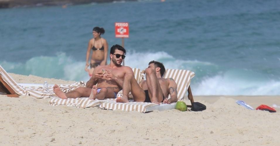 Harry Louis (esq) e Marc Jacobs (dir) curtem praia em Ipanema, zona sul do Rio (9/4/2012)