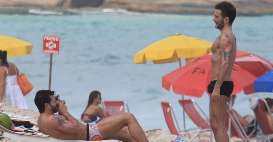 Harry Louis fotografa o namorado, Marc Jacobs, na praia de Ipanema, zona sul do Rio (9/4/2012)