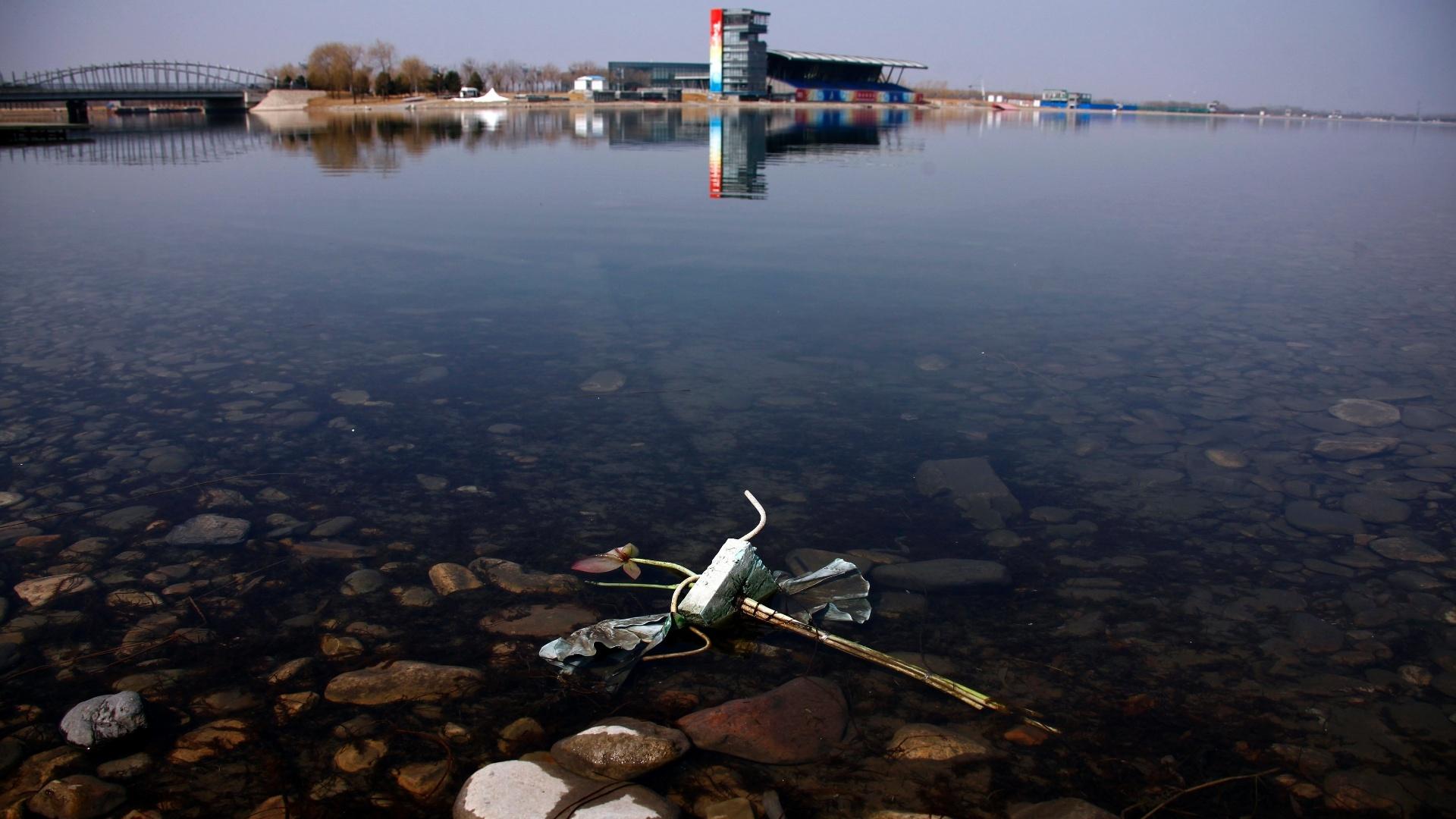 Lixo invade a marina que abrigou as provas de remo e canoagem dos Jogos de Pequim