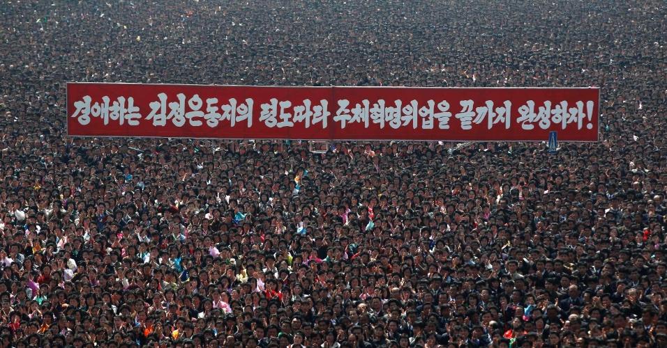 Milhares de pessoas aplaudem a inauguração de retrato em mosaico do ex-ditador Kim Jong-il em praça de Pyongyang, na Coreia do Norte