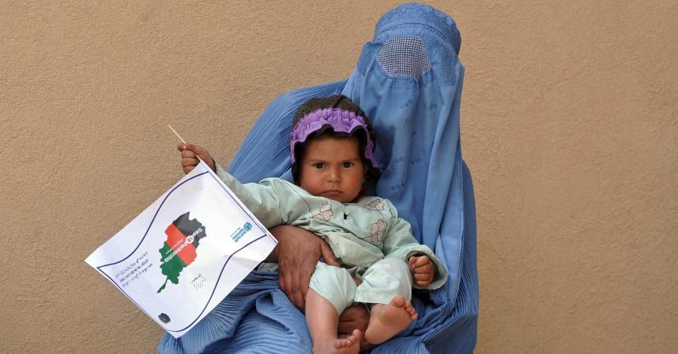 Mulher com uma criança em um setor de tuberculose do principal hospital de Herat