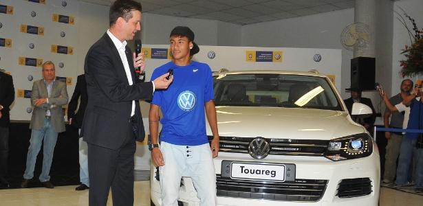 Neymar ganha as chaves de um Touareg 2012 de seu novo patrocinador