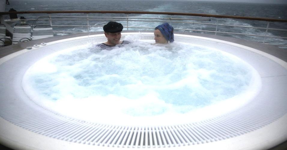 Noruegueses aproveitam banheira de água quente no cruzeiro memorial do Titanic, que recria a viagem de luxo do navio que naufragou em 1912