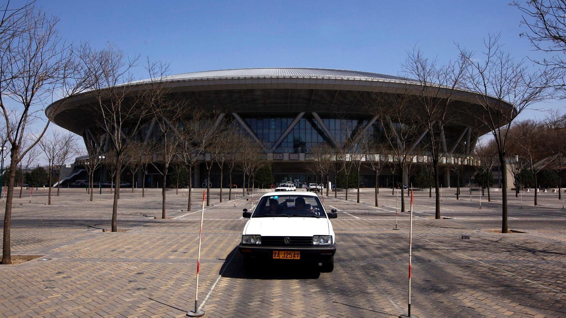O amplo velódromo criado para os Jogos de Pequim hoje também fica praticamente inutilizado