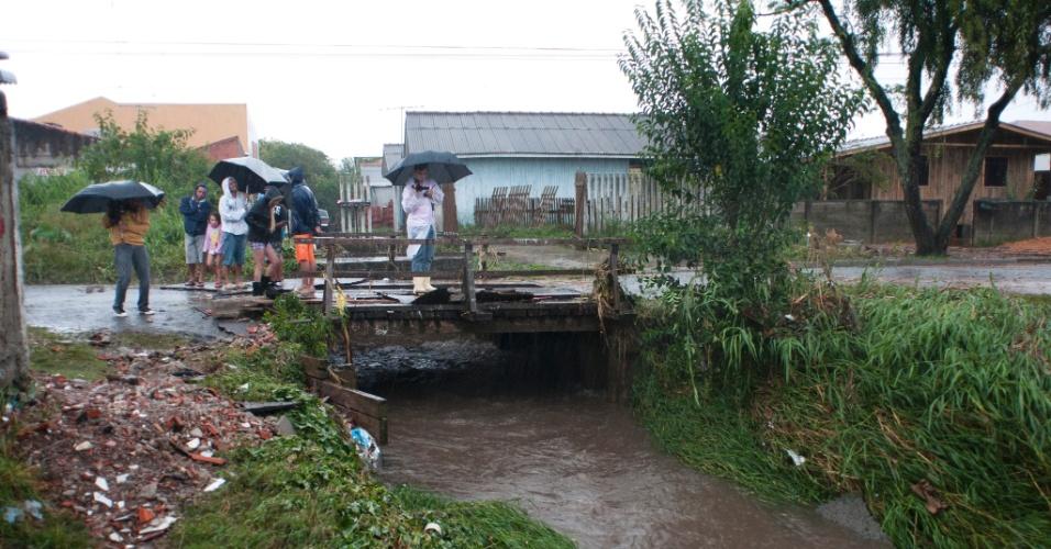Bairro Boqueirão em Curitiba foi um dos locais afetados por enchentes neste domingo