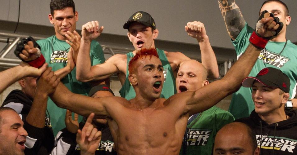 Pepey comemora com a equipe de Vitor Belfort sua vitória no TUF Brasil
