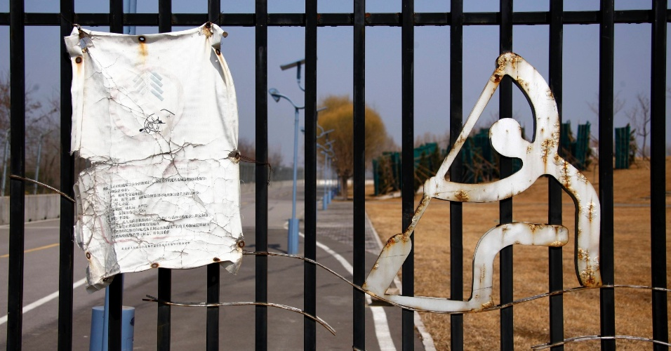 Portão mantém fechada a entrada para a estrutura de remo e canoagem dos Jogos de Pequim-2008