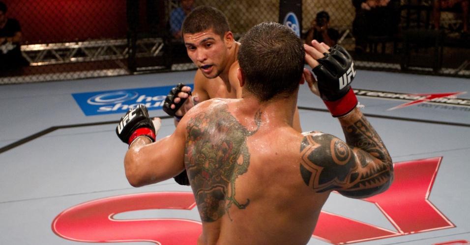 Renee Forte tenta atingir Daniel Sarafian, mas sai derrotado de seu 1º combate após entrar na casa do TUF Brasil