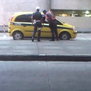 Taxista não credenciado pega dois passageiros na área de desembarque do Galeão