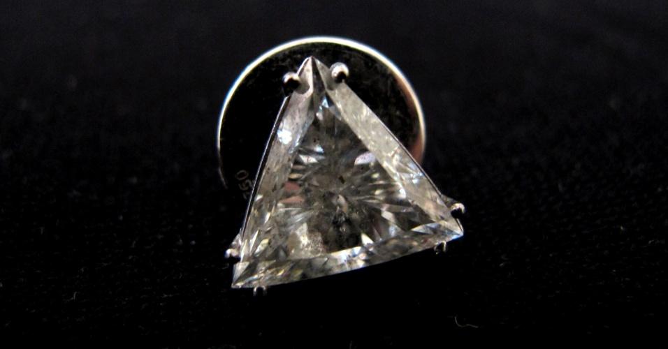 10.abr.2012 - Brinco solitário, confeccionado em ouro branco 18 quilates e um diamante que pertencia a Clodovil. A peça será leiloada nesta quinta-feira (12) e tem lance inicial R$ 4.000