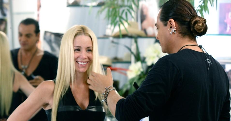Danielle Winits atualiza corte e reforça clareamento em salão do Rio (10/4/12)