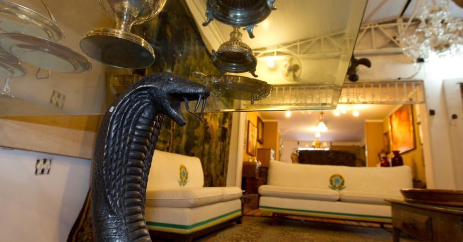 10.abr.2012 - Escultura de serpente feita de bronze que o ex-deputado, estilista e apresentador Clodovil Hernandes usava como base para a mesa de seu gabinete em Brasília. Ele apelidou a peça de Marta, o que se especula era uma referência à senadora Marta Suplicy (PT-SP)