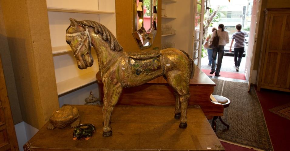 10.abr.2012 - Escultura de um cavalo de carrossel de madeira entalhada e policromada que pertencia a Clodovil. A peça será leiloada nesta quinta-feira (12) e tem lance livre