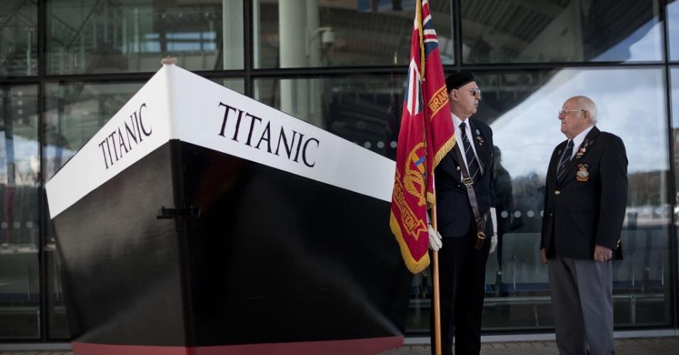Ex-oficiais da Marinha Mercante posam para fotógrafos em frente ao memorial dedicado ao Titanic no porto de Southampton, na Inglaterra