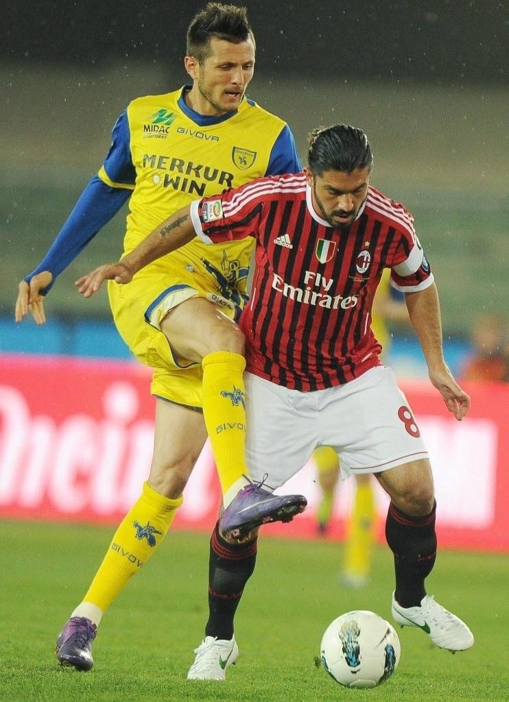 Gennaro Gattuso (d) recebeu a faixa de capitão do Milan. Na imagem divide a bola com Cyril Thereau, do Chievo