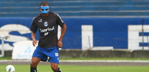 Gilberto Silva diz que máscara o faz ficar