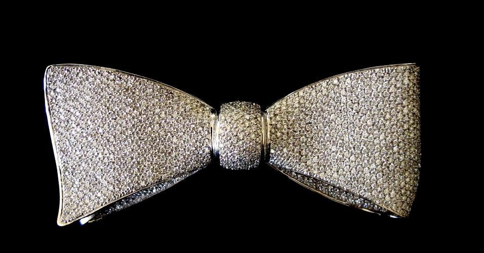 10.abr.2012 - Gravata montada em ouro branco com 1.095 diamantes que pertencia ao ex-deputado, estilista e apresentador Clodovil Hernandes será leiloada nesta quinta-feira (12), em São Paulo. O lance inicial é de R$ 10.860