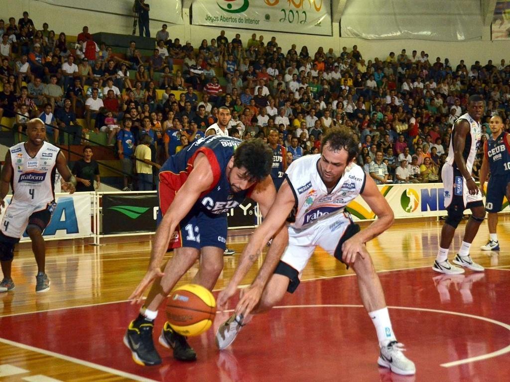 Guilherme Giovannoni, do Brasília, briga pela posse da bola com o jogador do Bauru