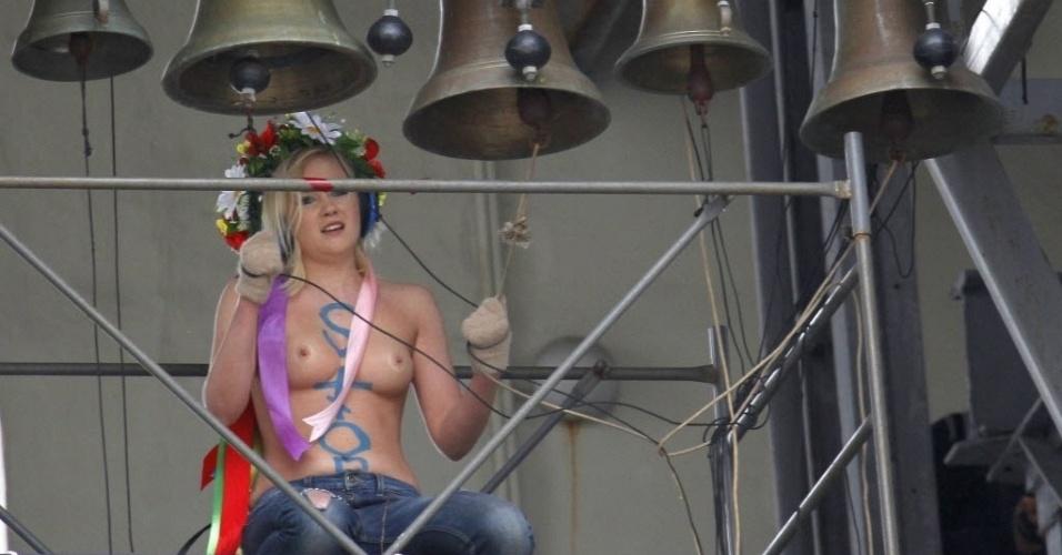 Integrante do grupo feminista Femen protesta seminua em igreja de Kiev, capital da Ucrânia, contra projeto de lei que proíbe todo tipo de aborto, com exceção dos casos em que há risco à saúde da mulher