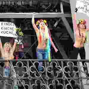 Integrantes do grupo feminista Femen protestam seminuas em igreja de Kiev, capital da Ucrânia, contra projeto de lei que proíbe todo tipo de aborto, com exceção dos casos em que há risco à saúde da mulher - Sergei Supinsky/AFP
