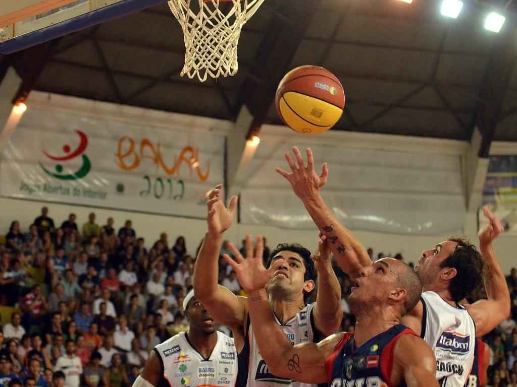 Jogadores do Brasília e do Bauru brigam pelo rebote no duelo entre as duas equipes