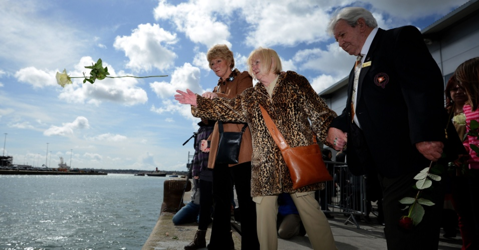 Mulher joga flor ao mar dos ancoradouros 43 e 44 do porto de Southampton, na Inglaterra, onde o Titanic iniciou viagem que terminaria com o naufrágio em 14 de abril de 1912