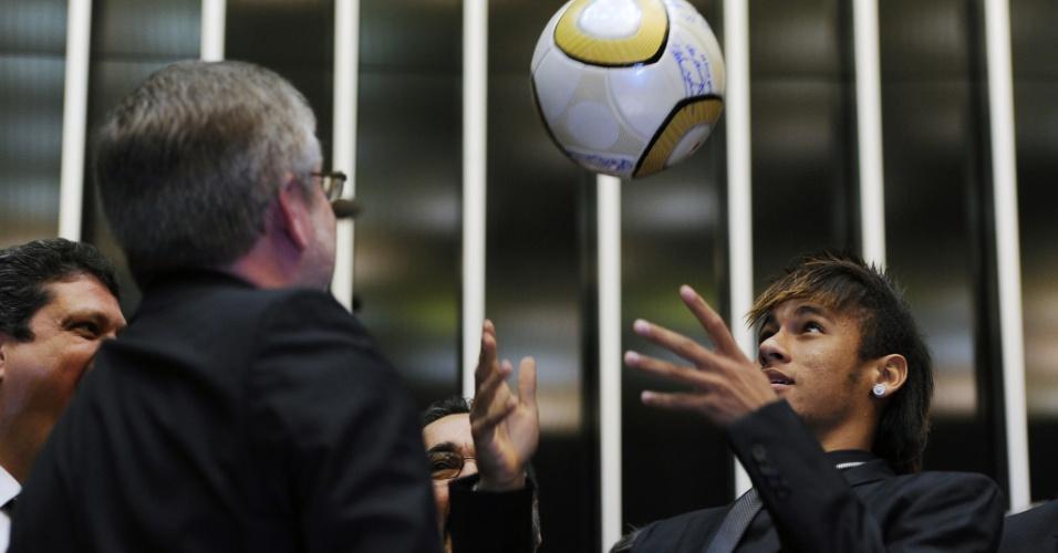 Neymar joga bola com Marco Maia (PT-RS), presidente da Câmara dos Deputados, durante sessão solene em homenagem ao centenário do Santos