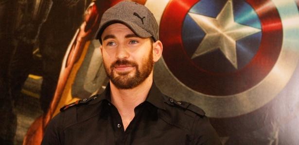 """No Brasil para lançar o filme """"Os Vingadores"""", em que interpreta o Capitão América, Chris Evans visitou uma feira de brinquedos em São Paulo (10/4/12)"""