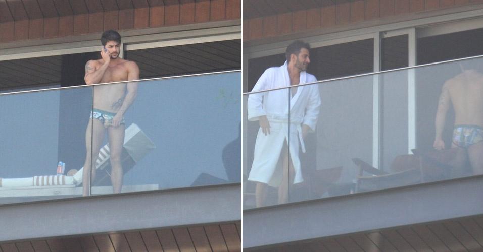 O ator pornô Harry Louis (esq), namorado do estilista Marc Jacobs (dir.), aparece de cueca na varanda do hotel Fasano, em Ipanema, onde estão hospedados (10/4/12)