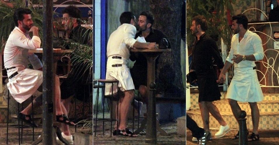 O estilista Marc Jacobs tem jantar romântico com o namorado, Harry Louis (roupa branca), em Ipanema no Rio de Janeiro (9/4/12)