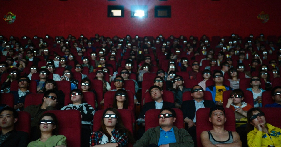 """Pessoas assistem a versão 3D do filme """"Titanic"""" em Taiwan"""