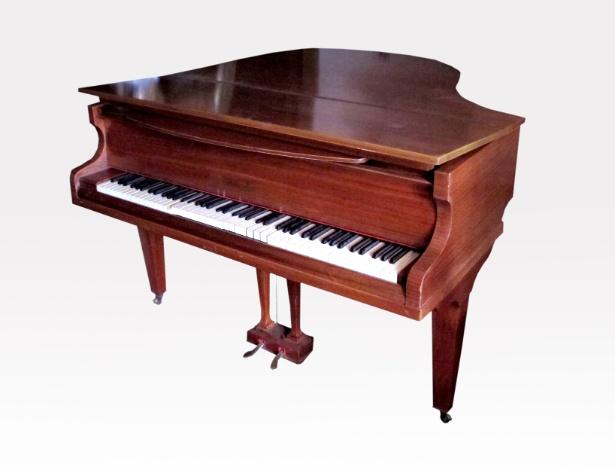 10.abr.2012 - Piano de fabricação inglesa que pertencia a Clodovil. A peça será leiloada nesta quinta-feira (12) e tem lance livre