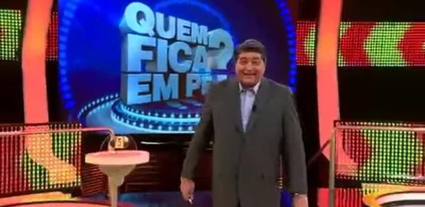 """José Luiz Datena no cenário do """"Quem Fica em Pé?"""""""