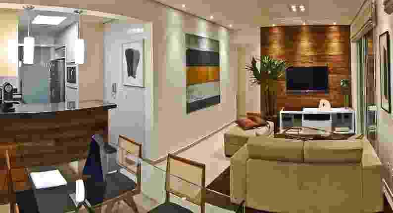 O apartamento Putti tem 60 m² e projeto de interiores assinado pelo arquiteto Flavio Castro. O imóvel foi entregue pela construtora no contrapiso, com louças e metais simples e, depois, repaginado pela troca de 100% de seus revestimentos - Alessandro Guimarães / Divulgação