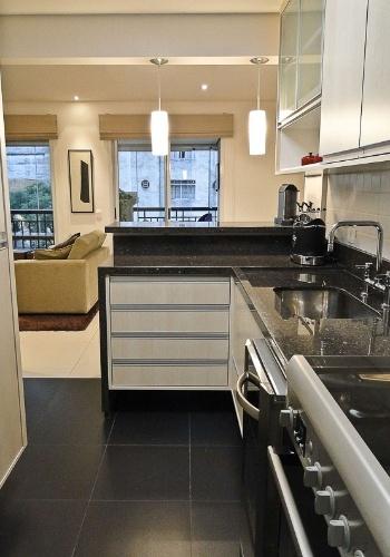 O mobiliário de cozinha em laminado melamínico com puxadores horizontais de alumínio escovado (Marcenaria Guaíra) foi combinado aos eletrodomésticos em aço inox. O projeto de interiores do apartamento Putti é assinado pelo arquiteto Flávio Castro