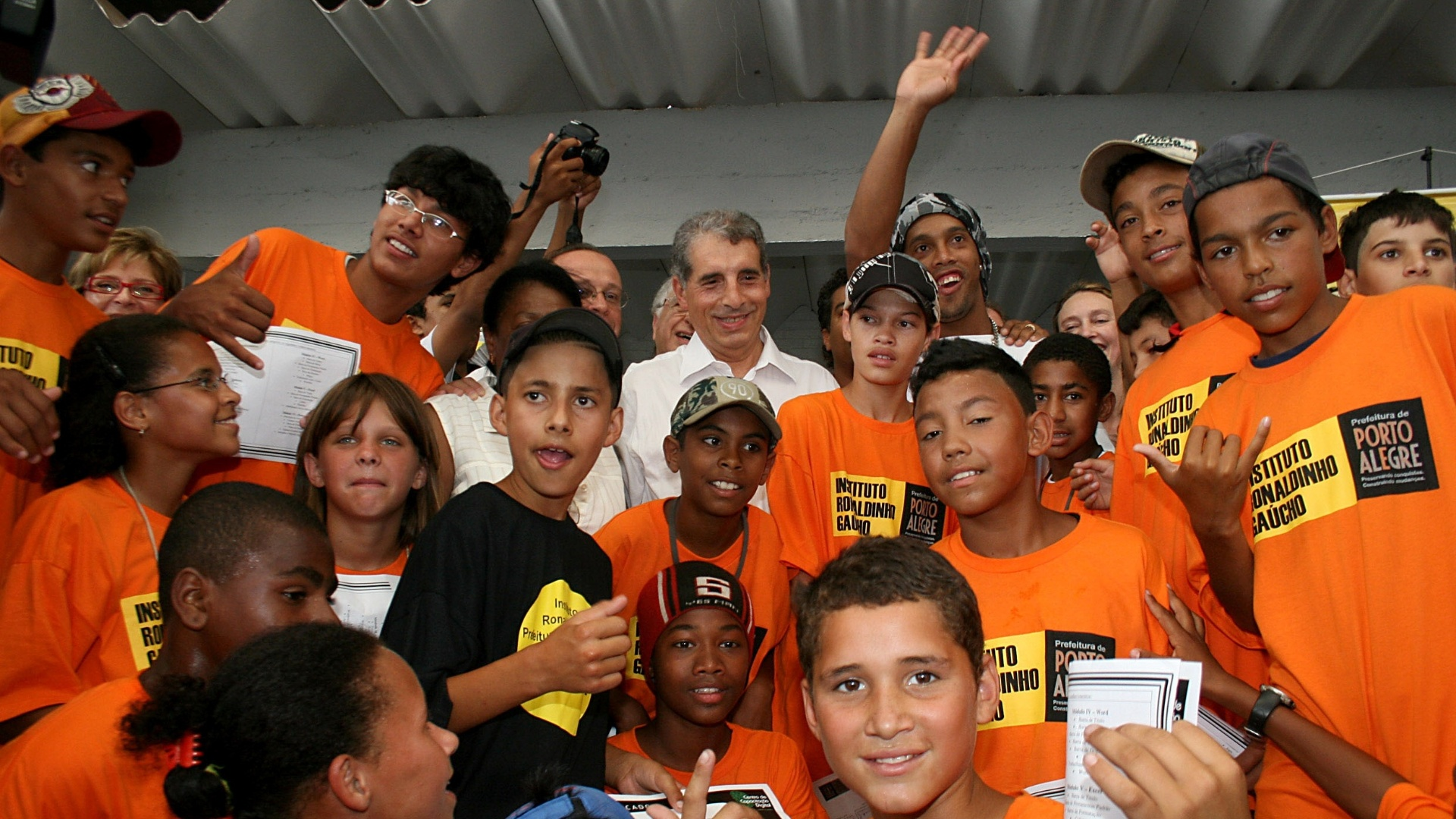 Ronaldinho Gaúcho e as crianças atendidas pelo Instituto Ronaldinho Gaúcho em Porto Alegre. Na foto, a esquerda do jogador, o ex-prefeito de Porto Alegre José Fogaça (arquivo)