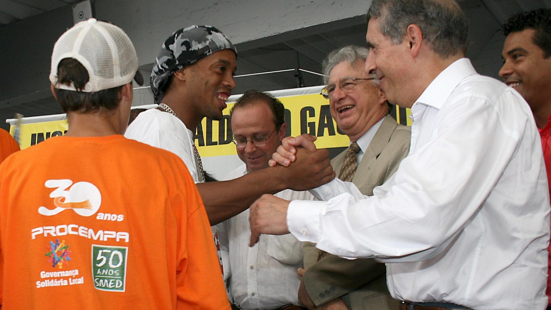 Ronaldinho Gaúcho e o ex-prefeito de Porto Alegre, José Fogaça, no Instituto que leva o nome do jogador (arquivo)