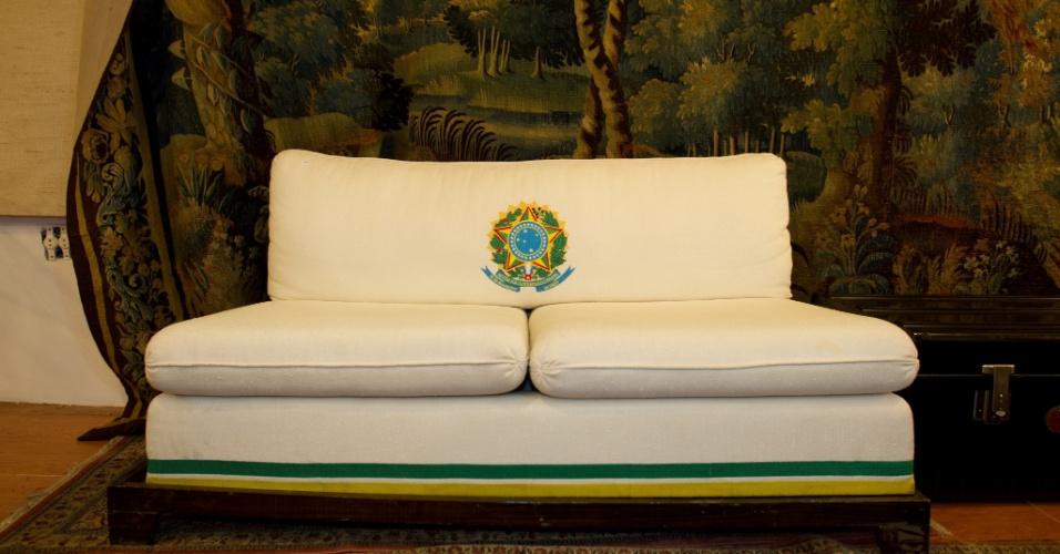 10.abr.2012 - Sofá desenhado por Clodovil para seu gabinete em Brasília. A peça será leiloada nesta quinta-feira (12) e tem lance livre