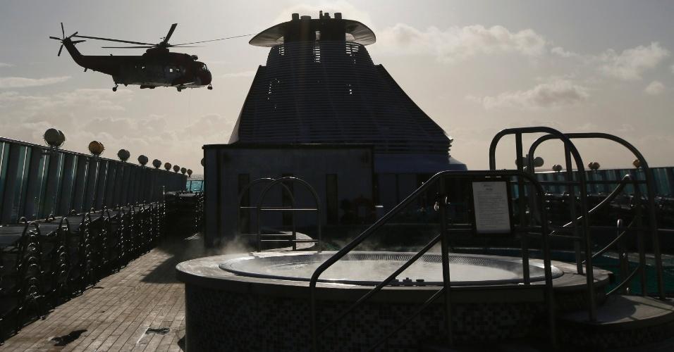 Um helicóptero da Guarda Costeira da Irlanda evacuou um homem com problemas cardíacos do cruzeiro memorial do Titanic, que seguirá a mesma rota do Titanic, cujo naufrágio completa 100 anos no próximo dia 14 de abril