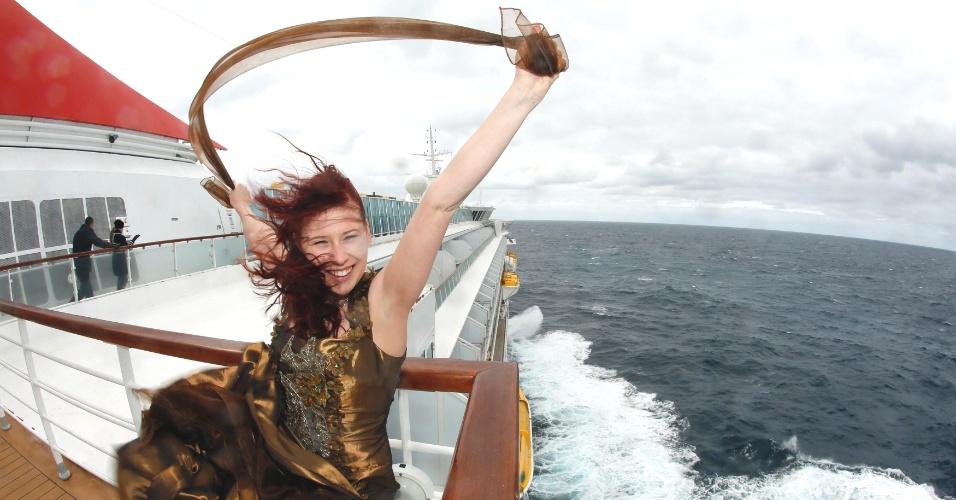 """A belga Anais Verbraeken posa para foto com cópia de vestido usado pela atriz Kate Winslet no filme """"Titanic"""""""