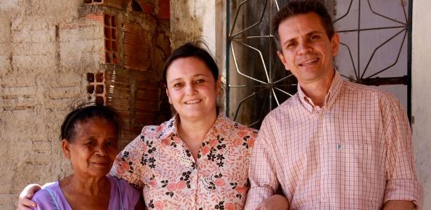 """A diretora Mara Mourão (centro), Joaquim Melo e moradora do bairro Palmeiras, no Ceará, que está no filme """"Quem se Importa"""""""