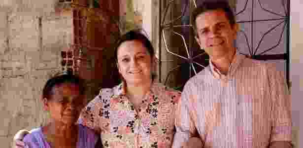 """A diretora Mara Mourão (centro), Joaquim Melo e moradora do bairro Palmeiras, no Ceará, que está no filme """"Quem se Importa"""" - Divulgação"""